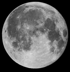 L'osservazione della Luna piena presenta un paesaggio piatto, ma si possono vedere i crateri con raggiere.